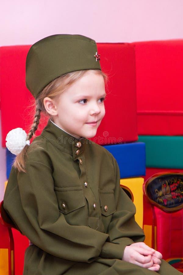 Niña en el uniforme militar y el casquillo soviéticos foto de archivo libre de regalías