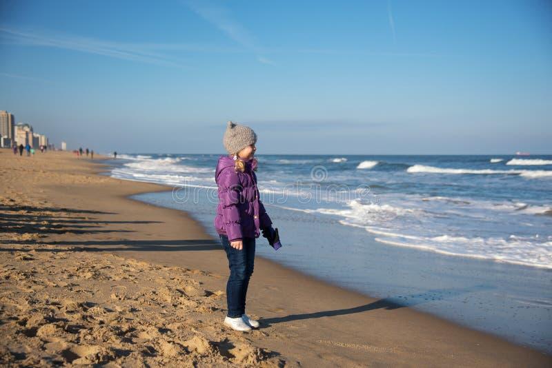 Niña en el Virginia Beach imágenes de archivo libres de regalías