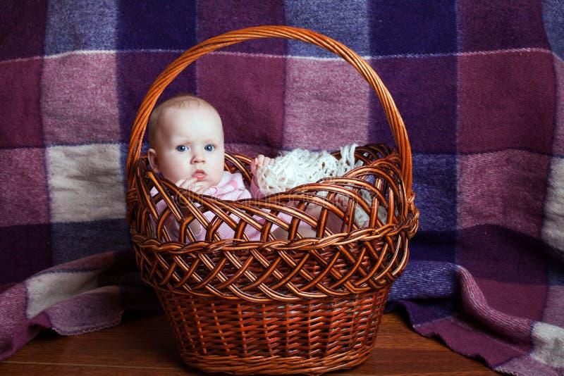Niña en la cesta foto de archivo libre de regalías