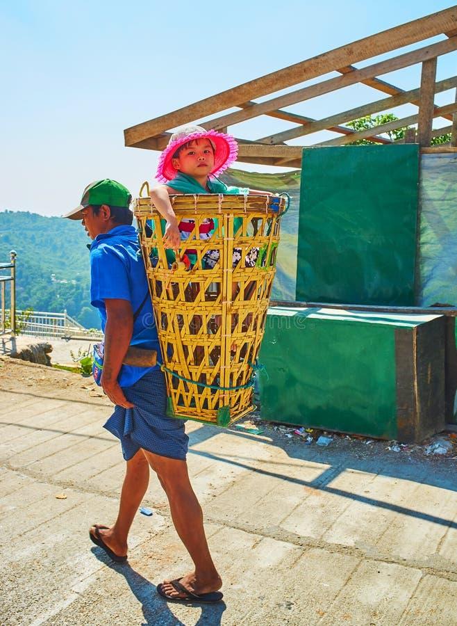 Niña en la cesta del ` s del portero, Kyaiktiyo, Myanmar fotografía de archivo libre de regalías