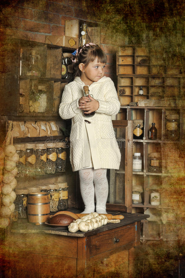 Niña en la cocina vieja foto de archivo libre de regalías
