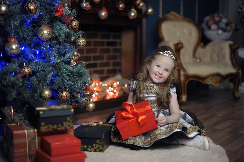 Niña en la Navidad con un regalo foto de archivo
