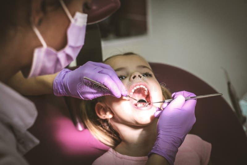Niña en la oficina del dentista imagenes de archivo