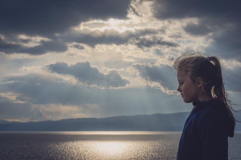 Niña en la orilla del lago Ohrid imagen de archivo libre de regalías