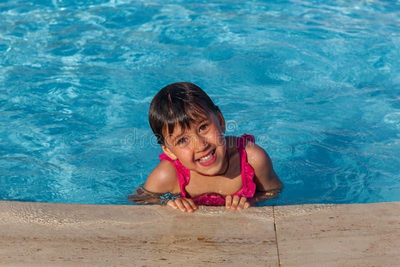Niña en la piscina fotos de archivo