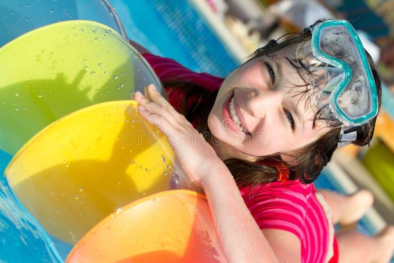 Niña en la piscina fotografía de archivo