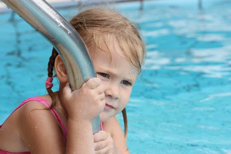 Niña en la piscina imagen de archivo libre de regalías