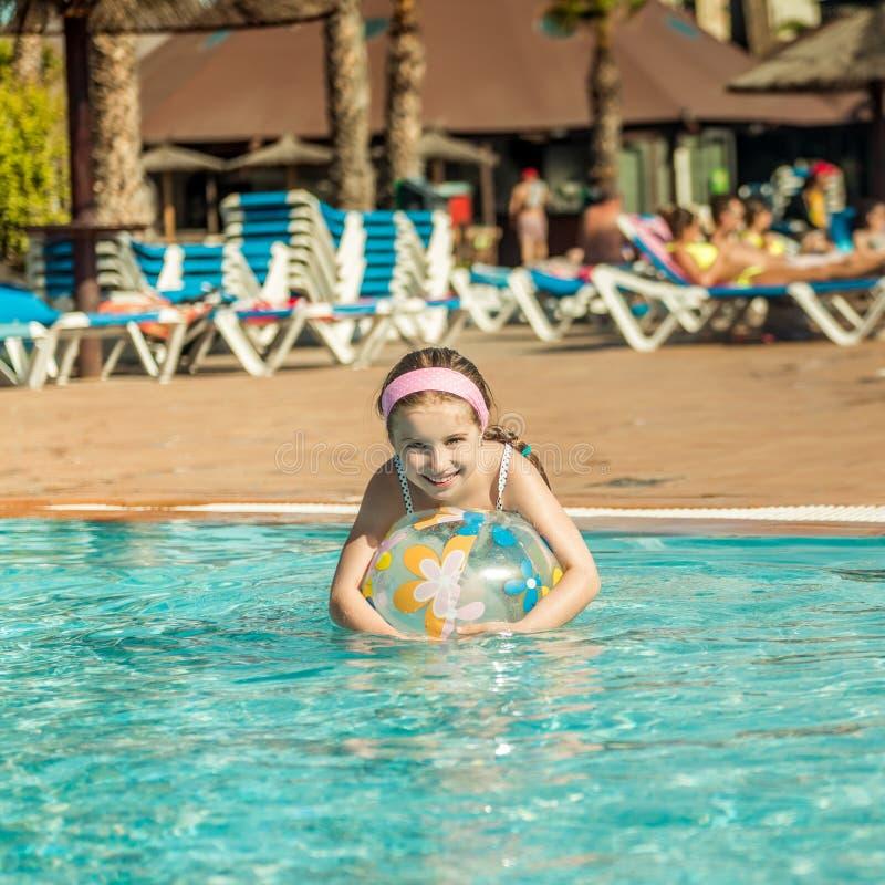 Niña en la piscina imagen de archivo
