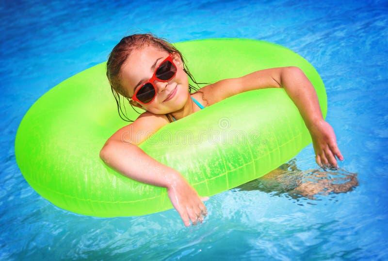 Niña en la piscina fotografía de archivo libre de regalías