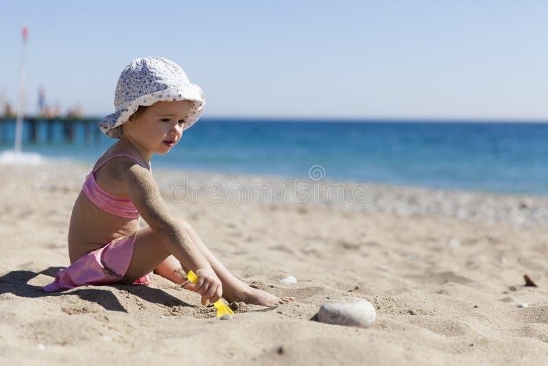 Niña en la playa imagen de archivo libre de regalías