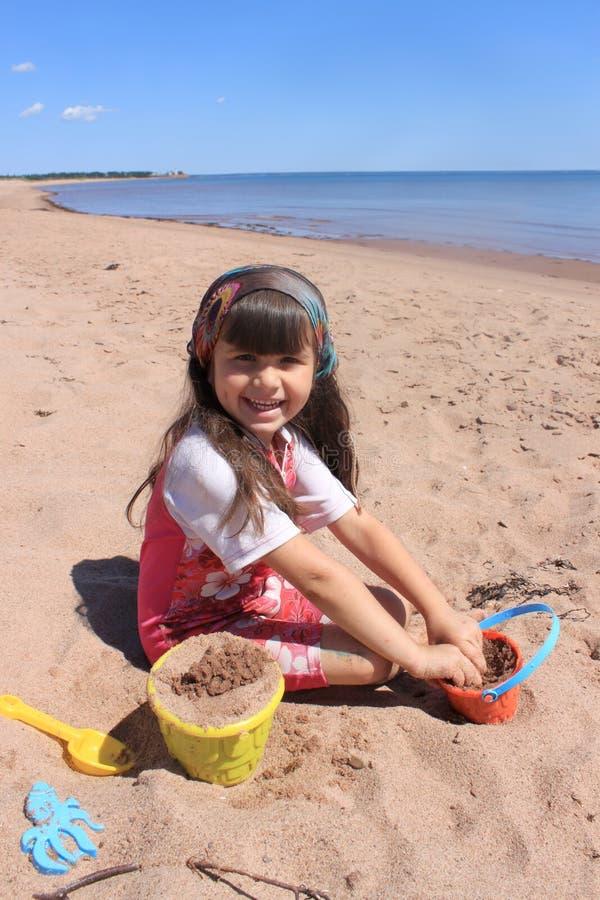 Niña en la playa en P.E.I fotos de archivo libres de regalías