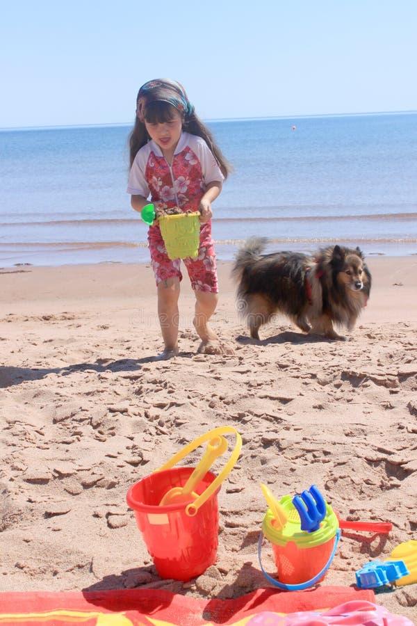 Niña en la playa en P.E.I imagen de archivo