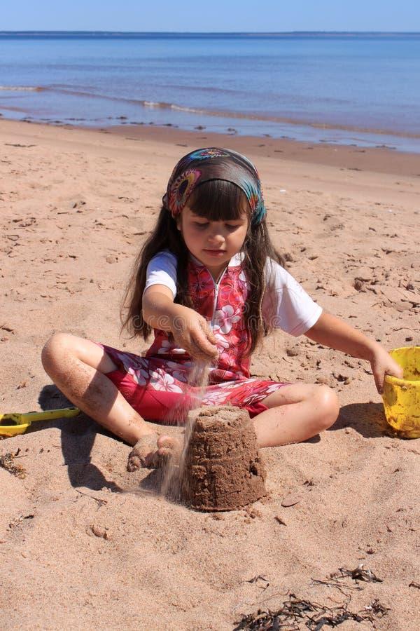 Niña en la playa en P.E.I fotos de archivo