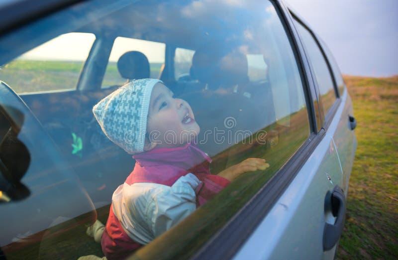 Niña en la sonrisa del coche imágenes de archivo libres de regalías
