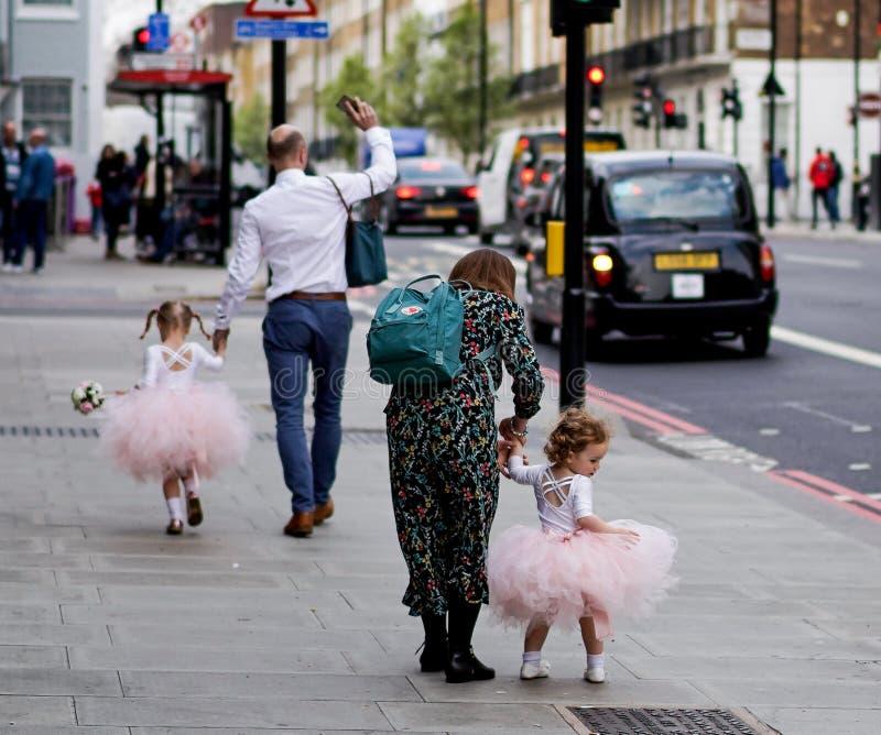 Niña en las calles de Londres imagen de archivo libre de regalías