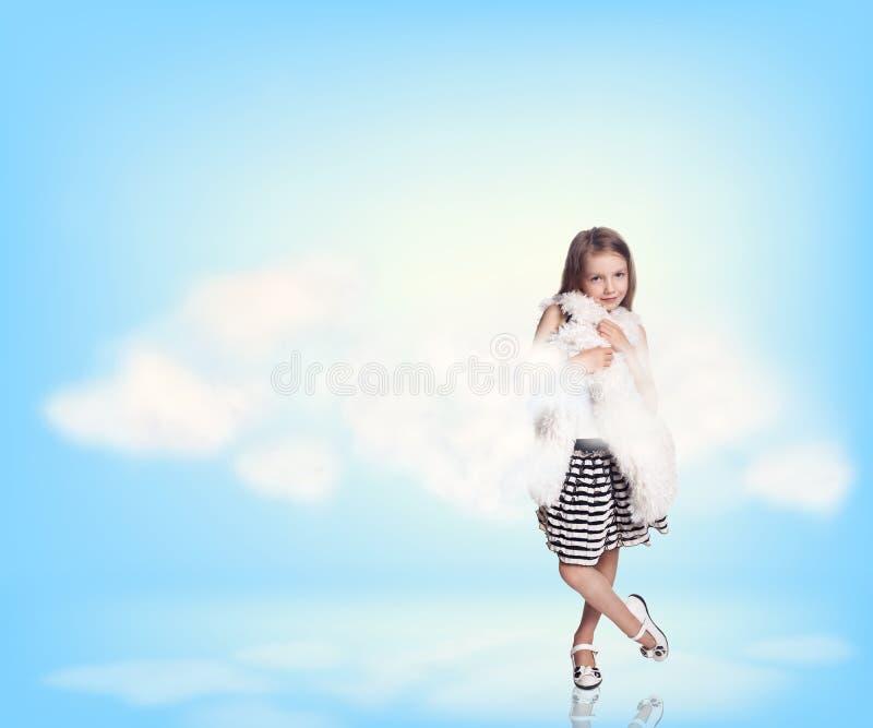 Niña en nubes del cielo fotos de archivo