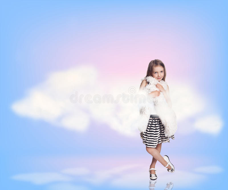 Niña en nubes del cielo imagenes de archivo