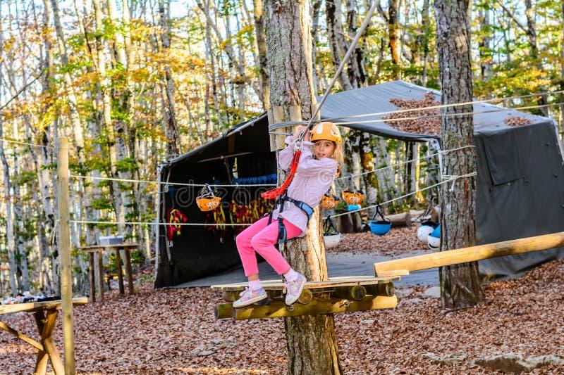 Niña en parque de la aventura imagen de archivo libre de regalías