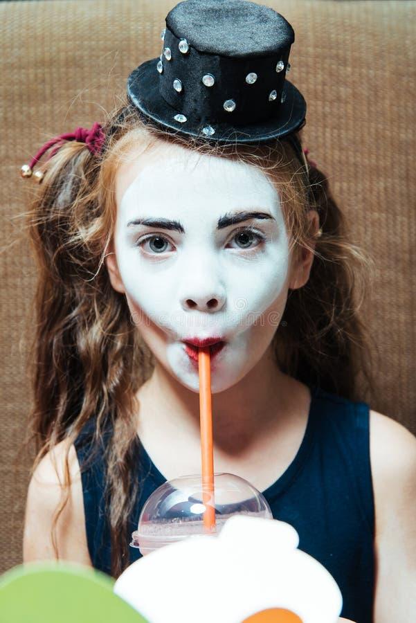 niña en smoothies de consumición de la baya del café imágenes de archivo libres de regalías