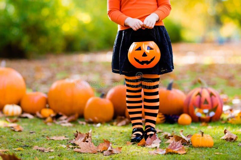 Niña en traje de la bruja en el truco o la invitación de Halloween imagen de archivo