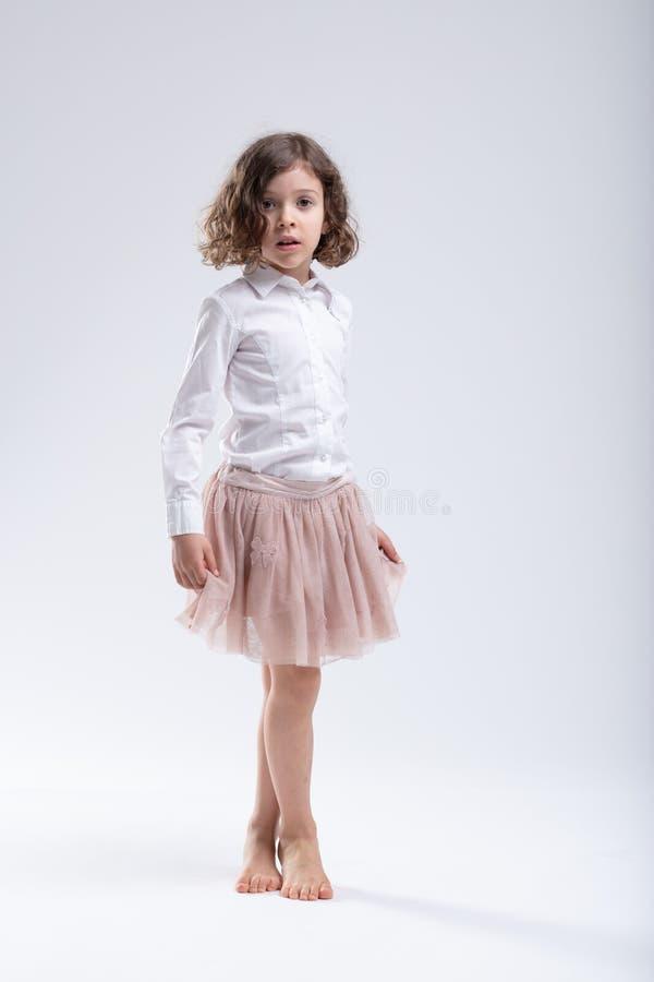Niña en tutú rosado del ballet o falda membranosa imagen de archivo