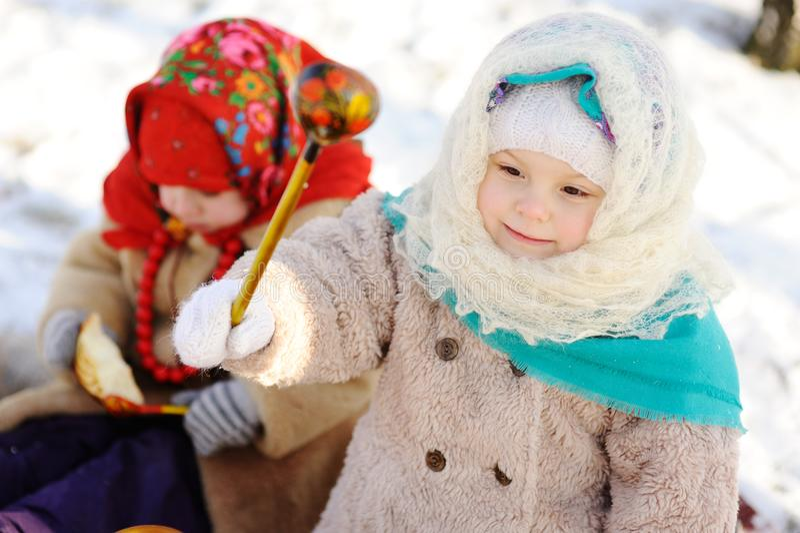 Niña en un pañuelo en el estilo ruso, con un s de madera imagen de archivo libre de regalías