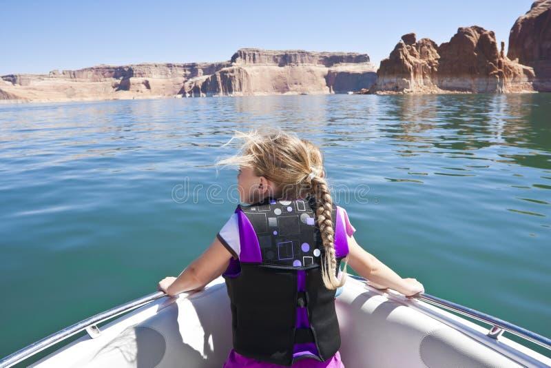 Niña en un paseo del barco en el lago Powell fotos de archivo libres de regalías