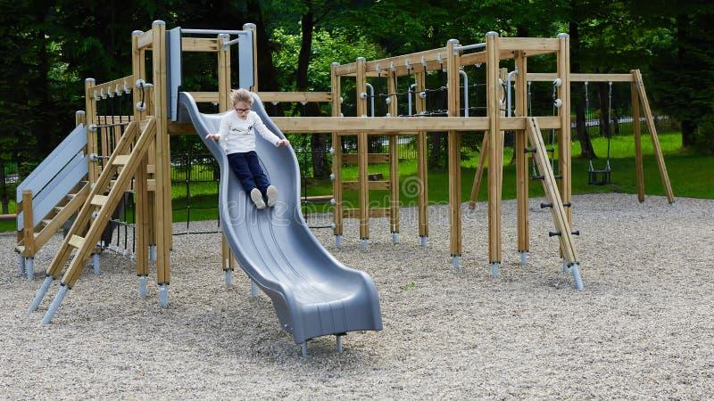 Niña en un patio Niño que juega al aire libre en verano Juego de los niños en patio de escuela imágenes de archivo libres de regalías