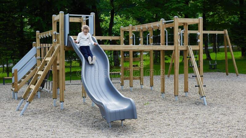 Niña en un patio Niño que juega al aire libre en verano Juego de los niños en patio de escuela fotos de archivo