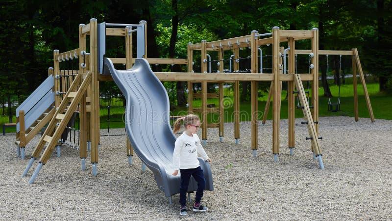 Niña en un patio Niño que juega al aire libre en verano Juego de los niños en patio de escuela imagen de archivo libre de regalías
