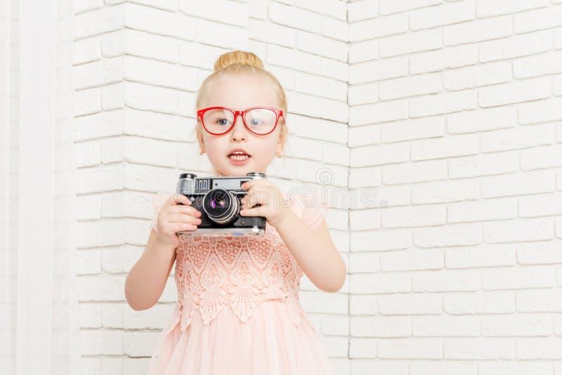 Niña en vidrios con la cámara retra fotografía de archivo libre de regalías