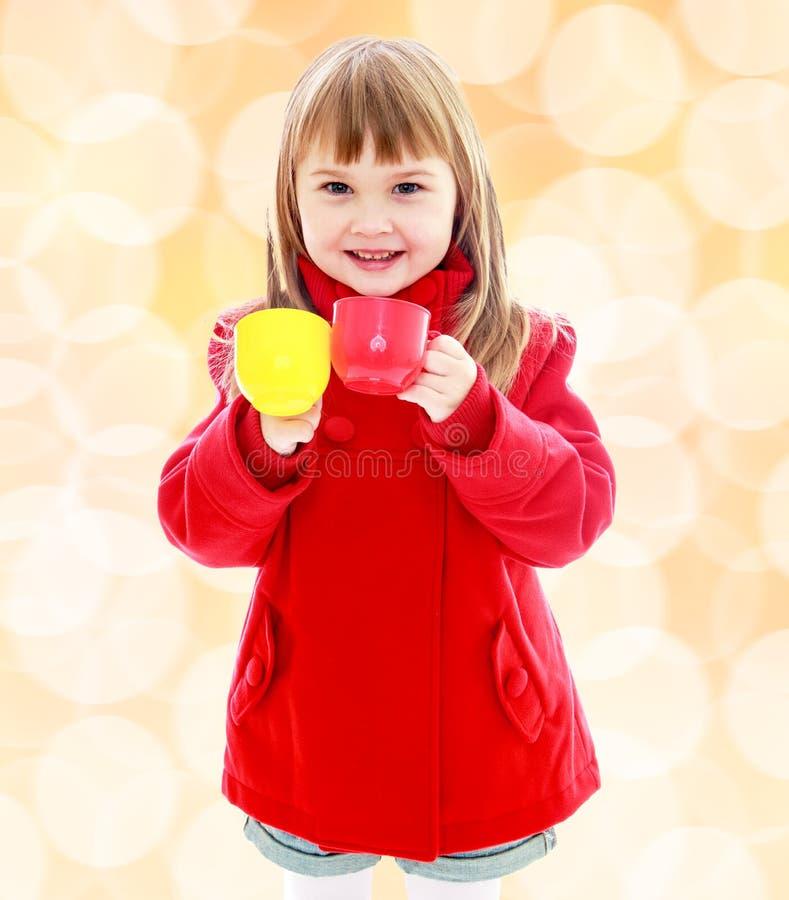 Niña encantadora en una capa roja foto de archivo libre de regalías