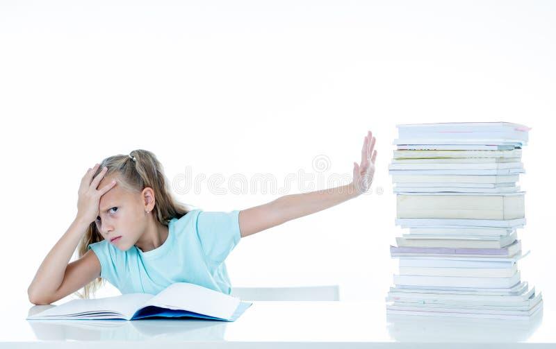 Niña enojada con una actitud negativa hacia estudios y escuela después de estudiar demasiado y del tener demasiada preparación ad imagenes de archivo