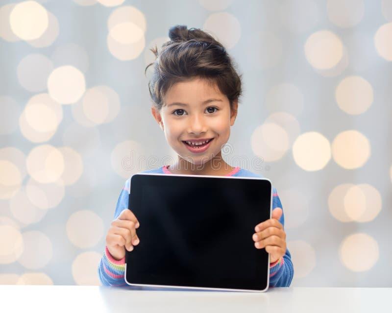 Niña feliz con el ordenador de la PC de la tableta fotografía de archivo libre de regalías