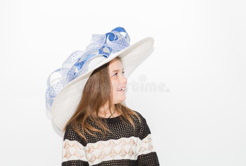 Niña feliz con el sombrero de moda, sonriendo y mirando lejos foto de archivo libre de regalías