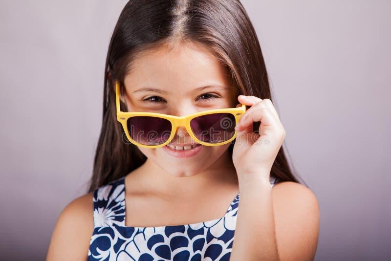 Niña feliz con las gafas de sol foto de archivo libre de regalías