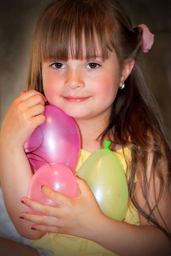 Niña feliz con los globos foto de archivo libre de regalías