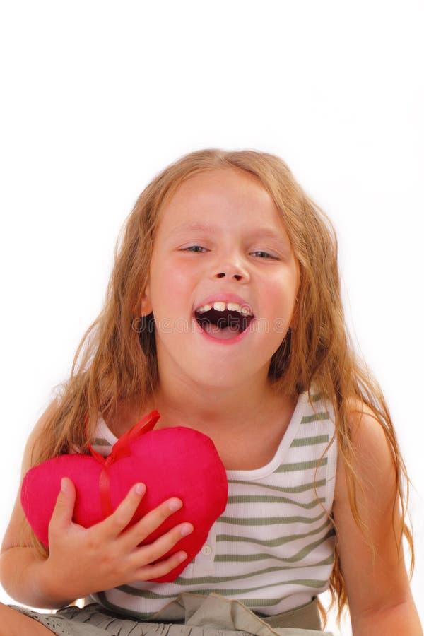 Niña feliz con un regalo para el día de tarjeta del día de San Valentín del St. foto de archivo