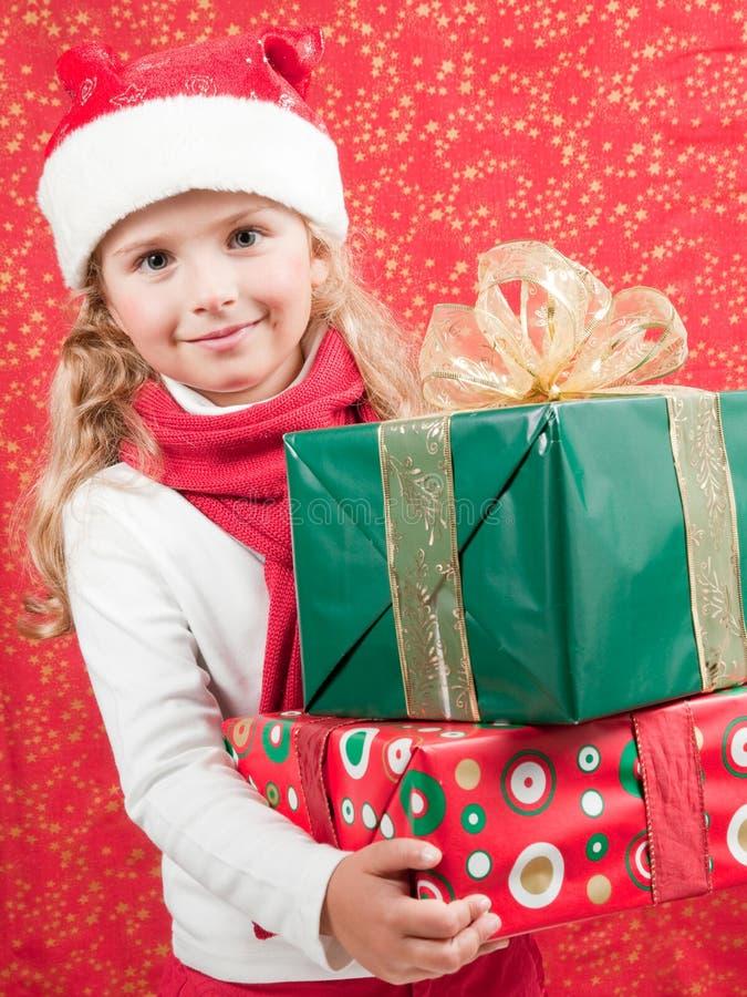 Niña feliz en el tiempo de la Navidad foto de archivo