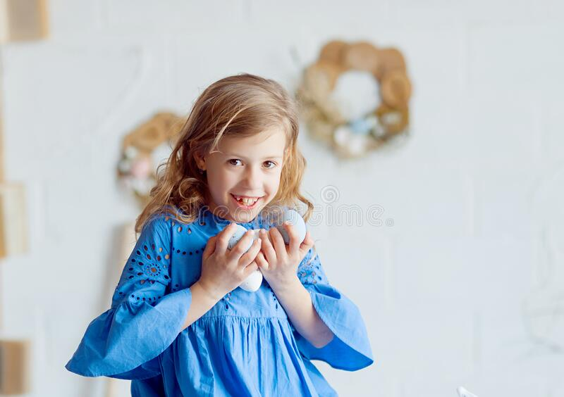 Niña feliz en Pascua con una canasta de huevos imágenes de archivo libres de regalías