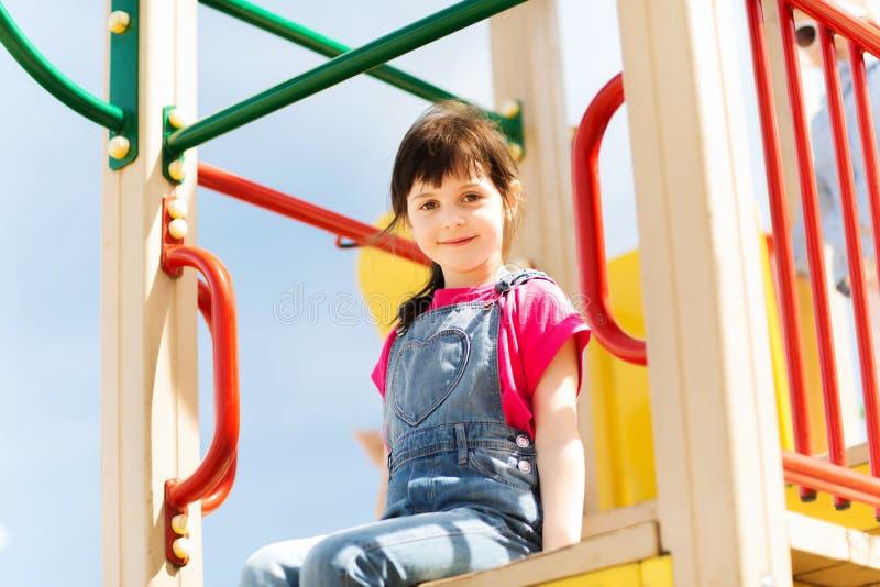 Niña feliz en patio de los niños fotos de archivo libres de regalías