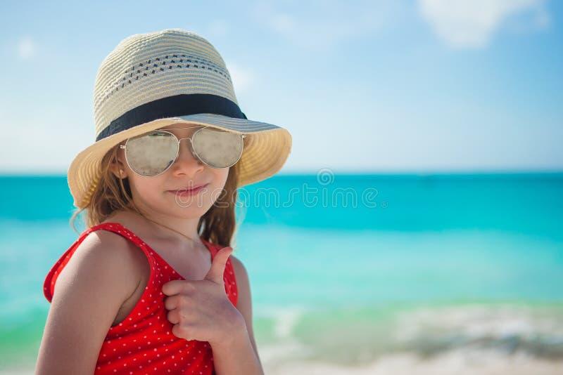 Niña feliz en sombrero en la playa durante verano foto de archivo libre de regalías