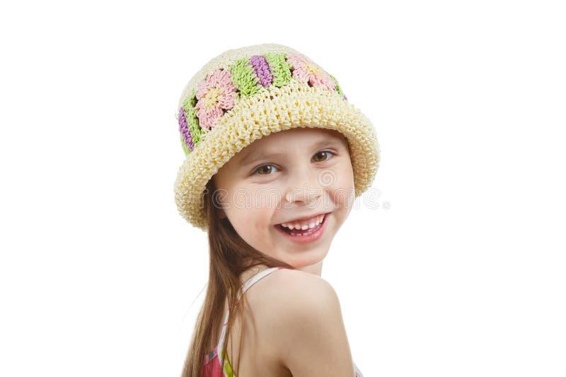 Niña feliz en un sombrero de mimbre foto de archivo libre de regalías