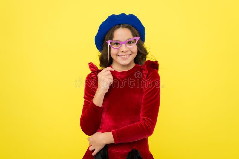 Niña feliz pequeño niño de la muchacha con el pelo perfecto Pequeña moda del niño Felicidad de la niñez Niños internacionales fotos de archivo