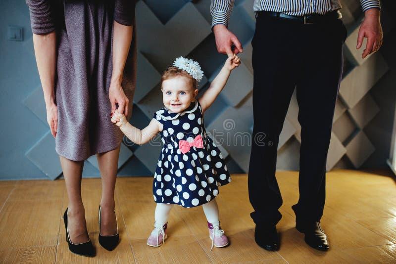 Niña feliz que camina con sus padres fotografía de archivo libre de regalías