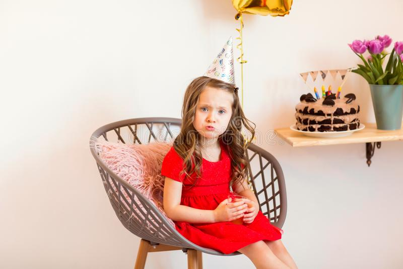 Niña feliz que celebra el cuarto cumpleaños en casa imagen de archivo