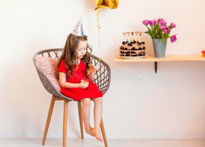 Niña feliz que celebra el cuarto cumpleaños en casa foto de archivo libre de regalías