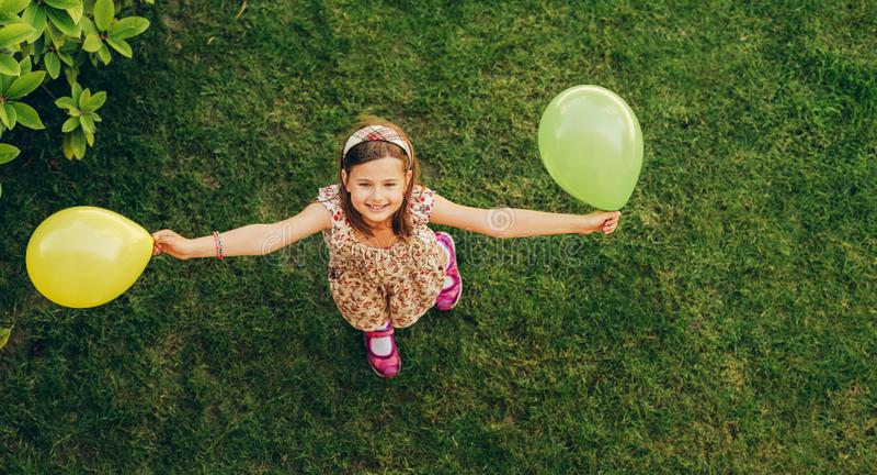 Niña feliz que juega con los globos coloridos fotos de archivo libres de regalías