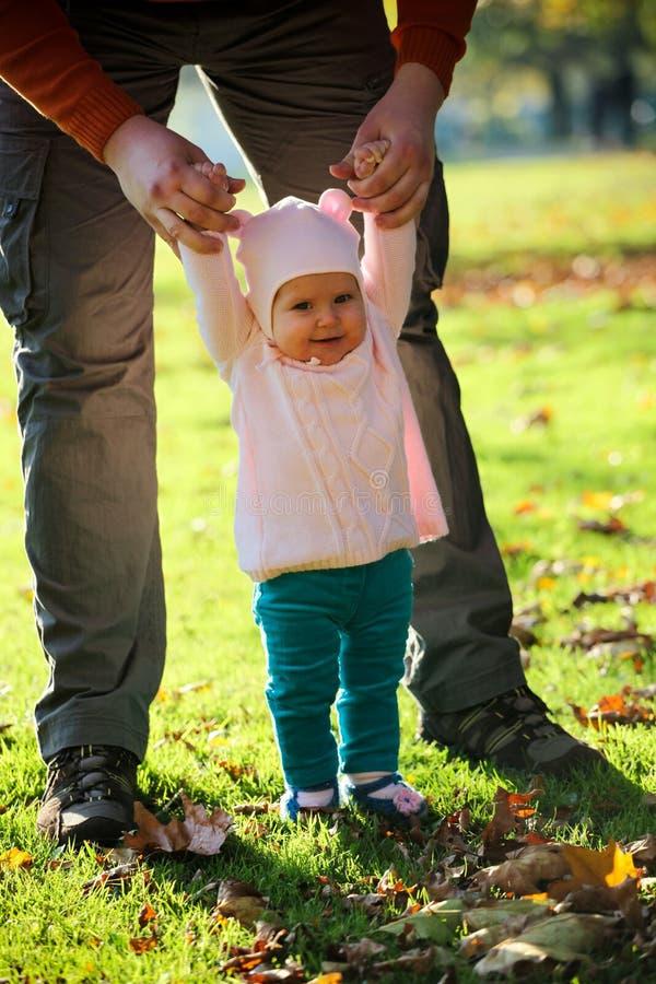 Gil feliz del bebé con su padre que se divierte en el parque fotografía de archivo