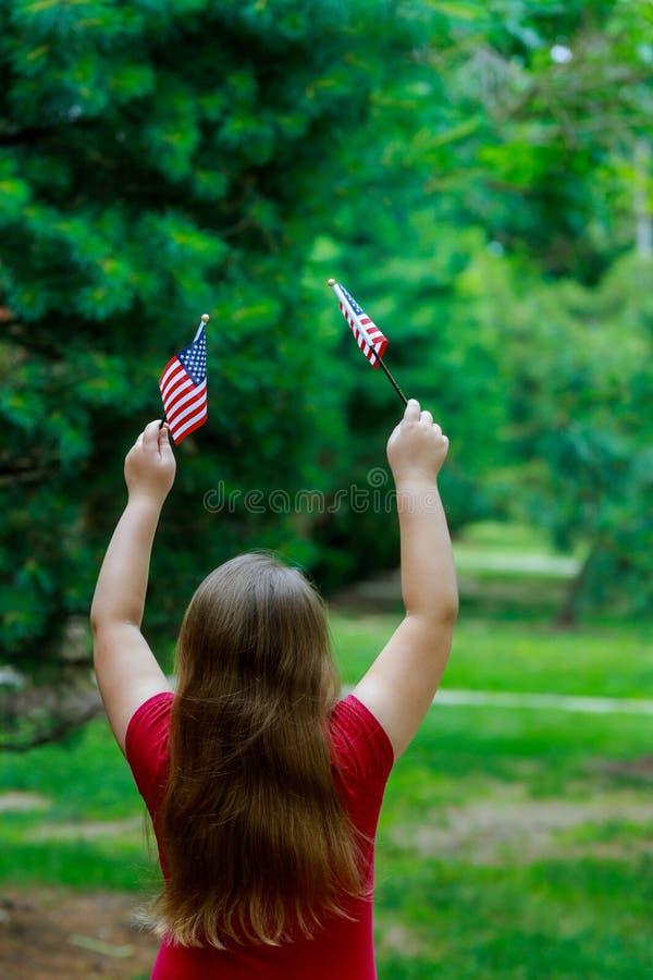Niña hermosa con el Día de la Independencia de la bandera americana, concepto del día de la bandera fotos de archivo libres de regalías